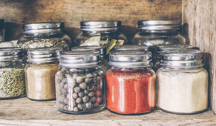 Etykiety samoprzylepne – z jakich materiałów powstają? Rodzaje i zastosowanie